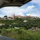Veduta di Diano Castello dalla stazione treni (Ph. Giuliano Tavernelli)