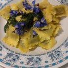 Ravioli di borragine, salsa e fiori di borragine (Ph. Alessio Recli)